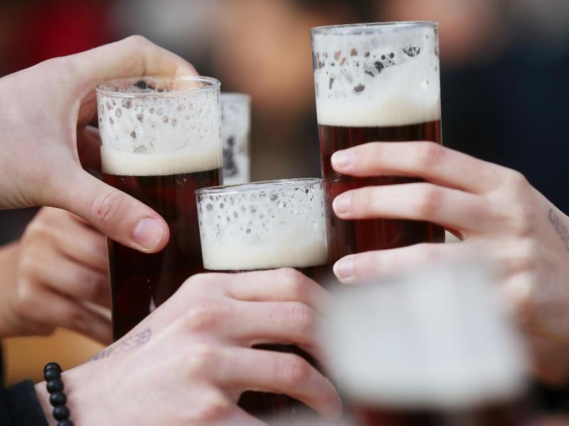 Experten schätzen: Etwa vier Prozent aller im vergangenen Jahr erstmals festgestellten Krebserkrankungen könnten nach mit dem Alkoholkonsum zusammenhängen. Foto: David Young/dpa