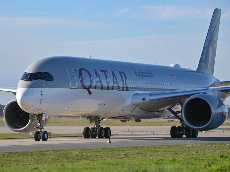 Ein Flieger von Qatar Airways. Die Fluglinie dementiert vermeintliche «Verhandlungen oder Gespräche» mit dem Deutschen Fußball-Bund. Foto: Patrick Pleul/dpa-Zentralbild/ZB