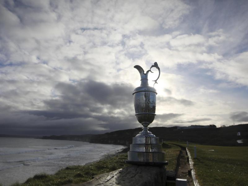 Die Claret-Trophäe für den Sieger der British Open ist bei einem Pressetermin aufgestellt. Foto: Peter Morrison/AP/dpa