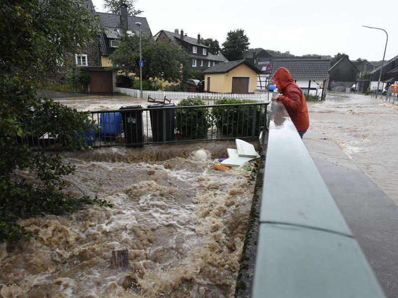 Durch den starken Regenfall war die Wupper zum reissenden Gewässer geworden. Foto: Roberto Pfeil/dpa