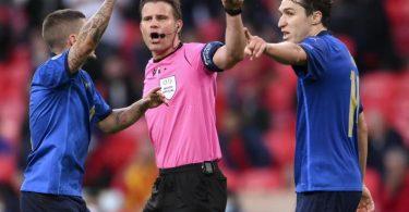 Will seine internationale Karriere beenden: Schiedsrichter Felix Brych (M). Foto: Laurence Griffiths/Pool Getty/AP/dpa