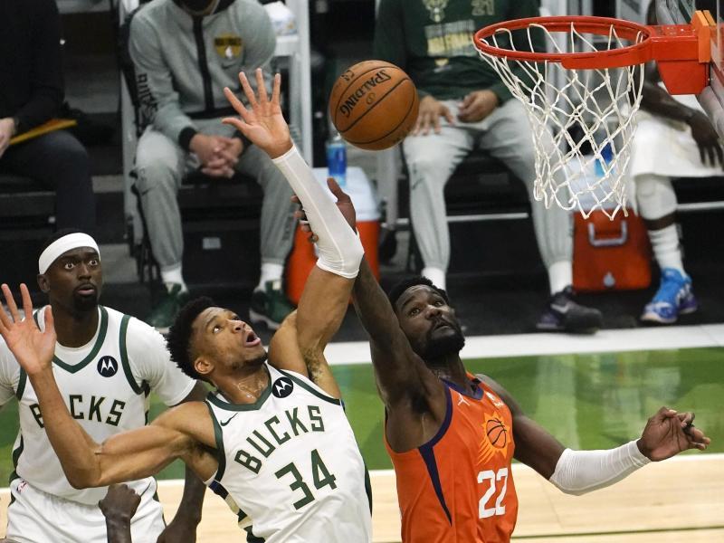 Sieggarant der Milwaukee Bucks gegen die Phoenix Suns: Giannis Antetokounmpo (M). Foto: Paul Sancya/AP/dpa