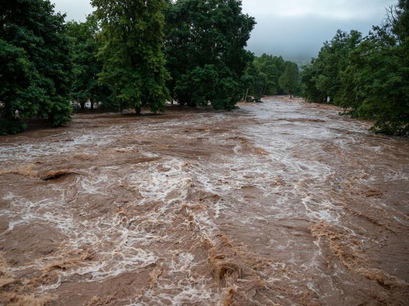 Die Kyll in Erdorf ist über die Ufer getreten und hat Teile des Dorfes geflutet. Foto: Harald Tittel/dpa