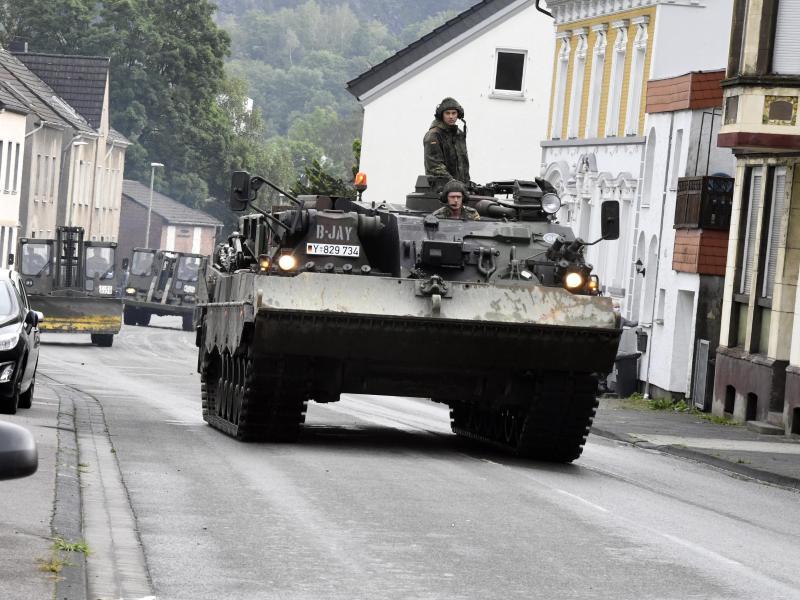 Mit einem Bergepanzer und schwerem Räumgerät rückt die Bundeswehr an, um die Schäden die die Überflutung der Nahma am Vorabend mit sich gebracht hat, zu beseitigen. Foto: Roberto Pfeil/dpa