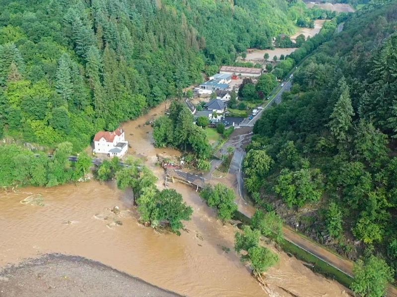 Die mit einer Drohne gefertigte Aufnahme zeigt die Verwüstungen die das Hochwasser der Ahr in dem Eifel-Ort Schuld angerichtet hat. Hier waren in der Nacht sechs Häuser eingestürzt. Foto: Christoph Reichwein/TNN/dpa