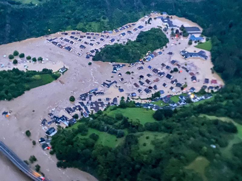 Die von der Polizei zur Verfügung gestellte Luftaufnahme zeigt den vom Ahr-Hochwasser überfluteten Ortsteil Altenburg in Altenahr. Foto: -/Polizei/dpa