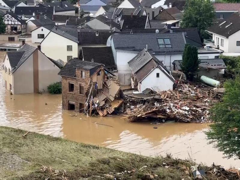 Ein teilweise eingestürztes Gebäude in dem vom Ahr-Hochwasser überfluteten Ortsteil Altenburg in Altenahr. Foto: -/TV7/dpa