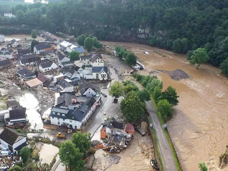 Ein erster Eindruck aus dem vom Hochwasser besonders stark betroffenen Ort Schuld bei Adenau. Foto: Christoph Reichwein/TNN/dpa