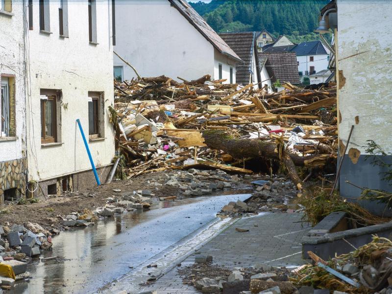 Aufgetürmt liegen Trümmer in dem besonders stark von dem Hochwasser betroffenen Ort Schuld. Foto: Thomas Frey/dpa
