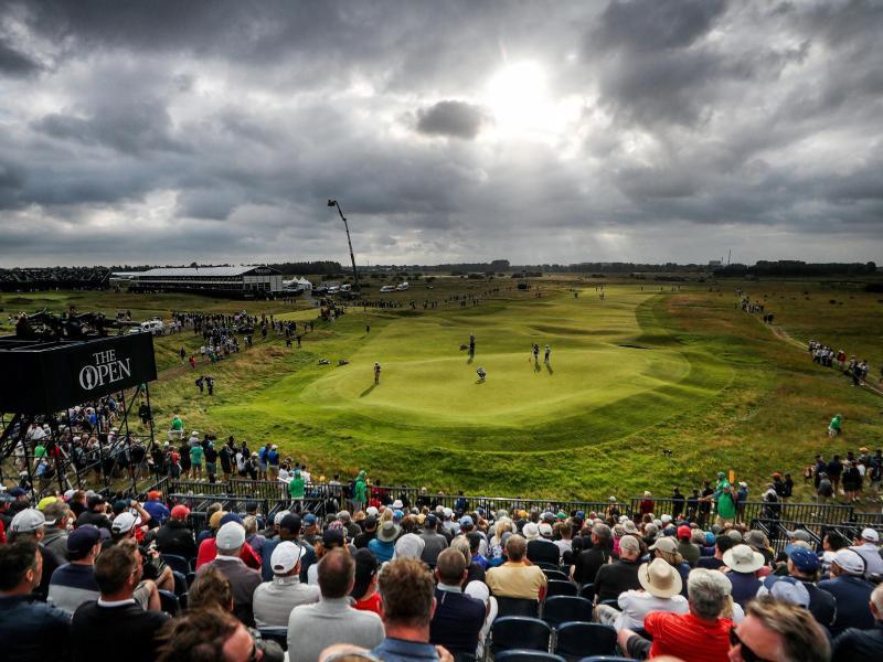 1. Runde im Royal St. George's Golf Club: Zuschauer betrachten das Geschehen auf dem 15. Grün. Foto: David Davies/PA Wire/dpa