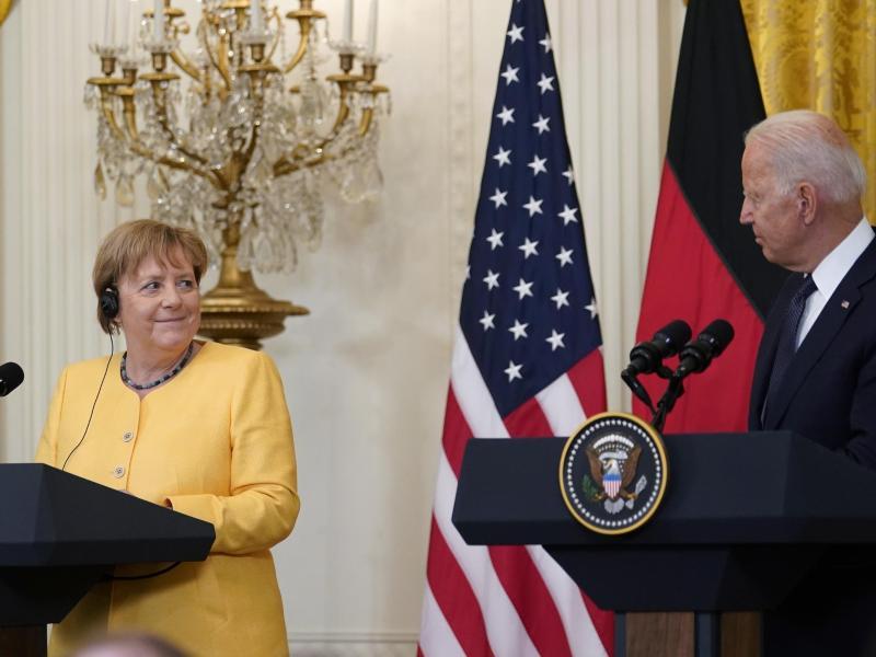 Merkels Abschiedsbesuch bei US-Präsident Biden wird von den Überschwemmungen überschattet. Foto: Susan Walsh/AP/dpa