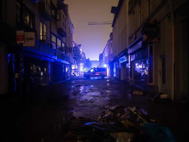 Ein Polizeiauto steht in der Kirchheimer Innenstadt, um Plünderungen zu verhindern. Foto: Jonas Güttler/dpa