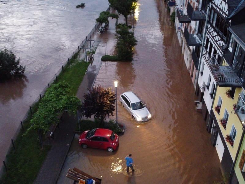 Die Mosel ist in der Ortschaft Zell über die Ufer getreten. Foto: ---/Nord-West-Media TV /dpa