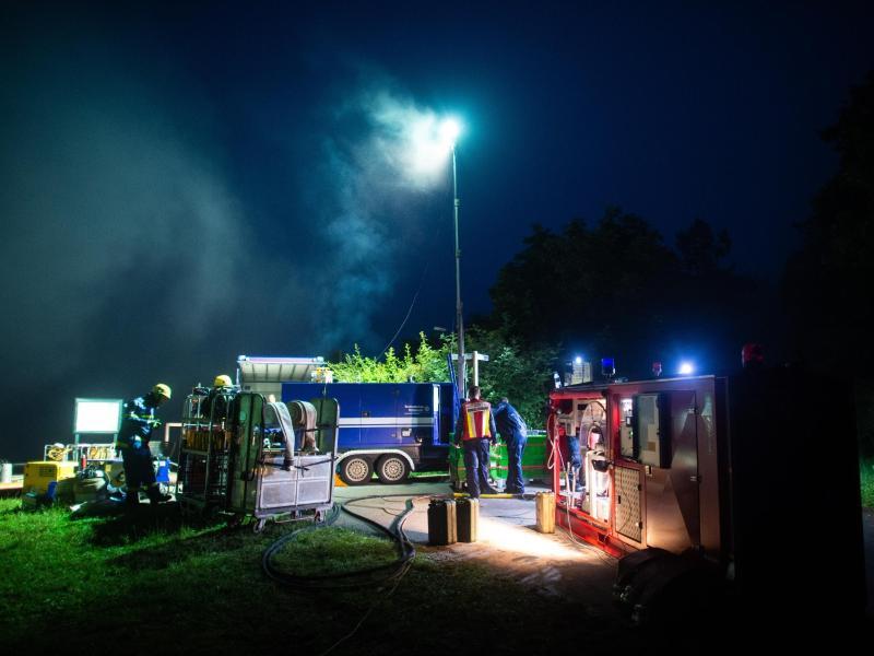 Mitarbeiter des Technischen Hilfswerks pumpen an der Steinbachtalsperre Wasser über die Staumauer. Foto: Jonas Güttler/dpa