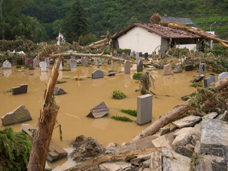 Der Friedhof in Altenahr ist vom Hochwasser überflutet. Foto: Thomas Frey/dpa