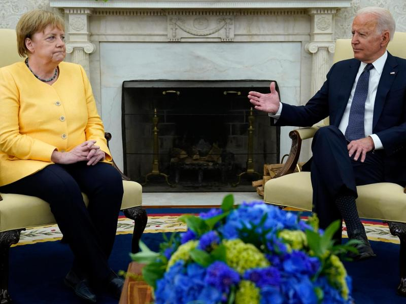 Während US-PräsidentJoe Biden im Oval Office redet, schaut die Bundeskanzlerin Angela Merkel skeptisch. Foto: Evan Vucci/AP/dpa