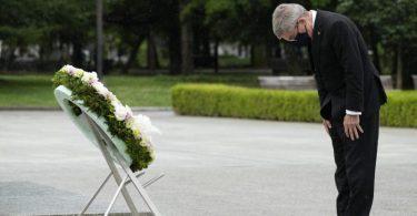 IOC-Präsident Thomas Bach legt während seines Besuchs einen Kranz in Hiroshima nieder. Foto: Eugene Hoshiko/Pool AP/dpa