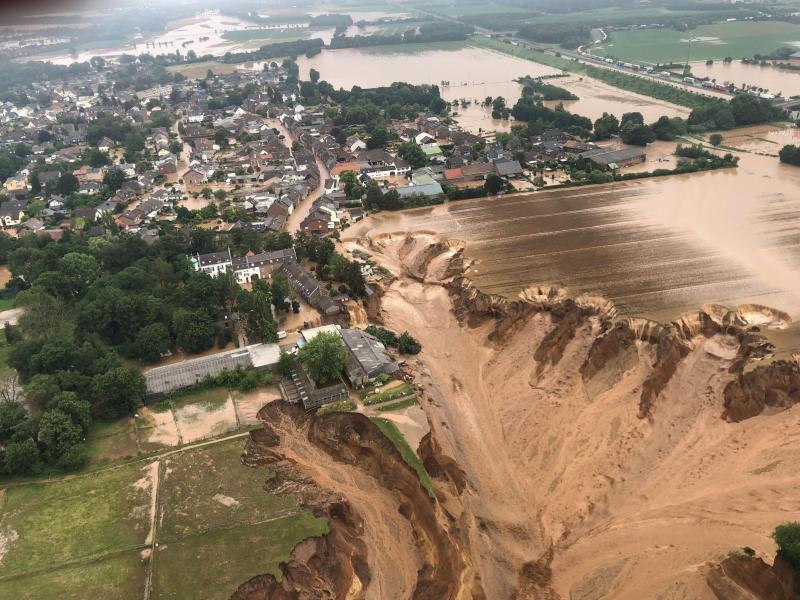 Durch die Überschwemmungen kommt es in Erftstadt zu Unterspülungen des Bodens und von Häusern. Foto: Rhein-Erft-Kreis/dpa