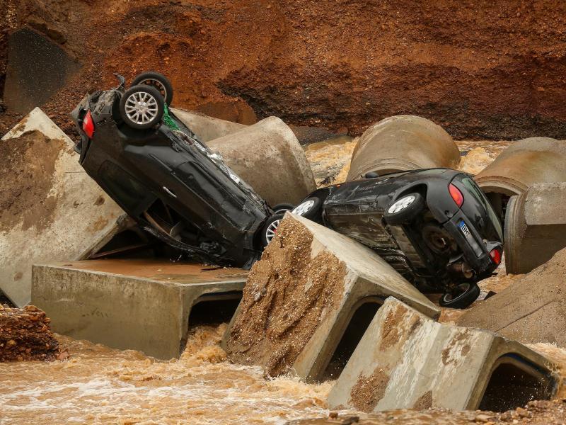 Von den Fluten mitgerissene Autos im Erftstädter Ortsteil Blessem. Foto: David Young/dpa