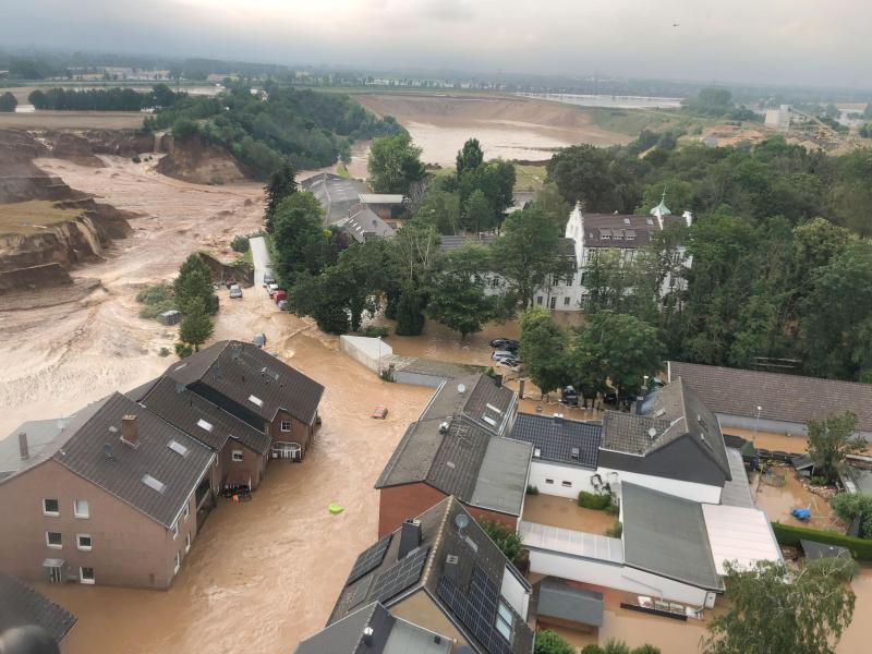Wassermassen bahnen sich ihren Weg durch Erftstadt-Blessem. Foto: Rhein-Erft-Kreis/dpa