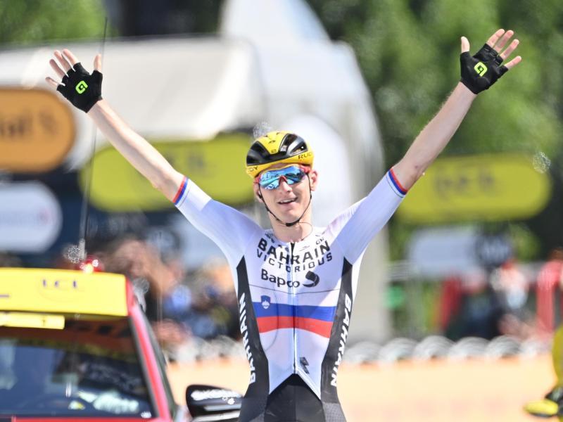 Matej Mohoric aus Slowenien vom Team Bahrain Victorious jubelt beim Überqueren der Ziellinie. Foto: Pete Goding/BELGA/dpa