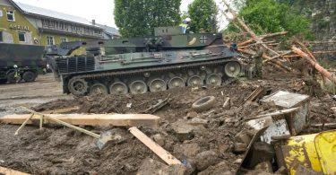 Ein Leopard-Bergepanzer der Bundeswehr ist in Schuld (Kreis Ahrweiler) im Einsatz, um Schutt zu räumen. Foto: Thomas Frey/dpa