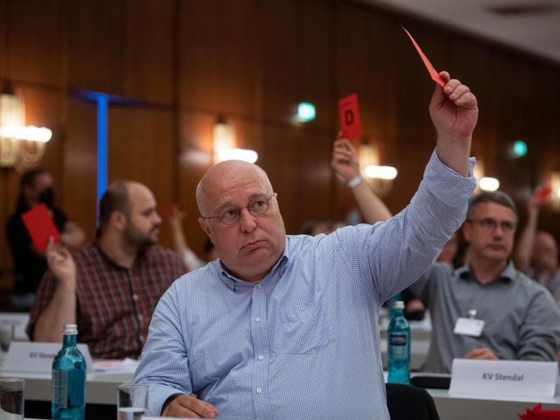 Andreas Schmidt, Vorsitzender der SPD Sachsen-Anhalt, stimmt beim Landesparteitag ab. Foto: Hendrik Schmidt/dpa-Zentralbild/dpa