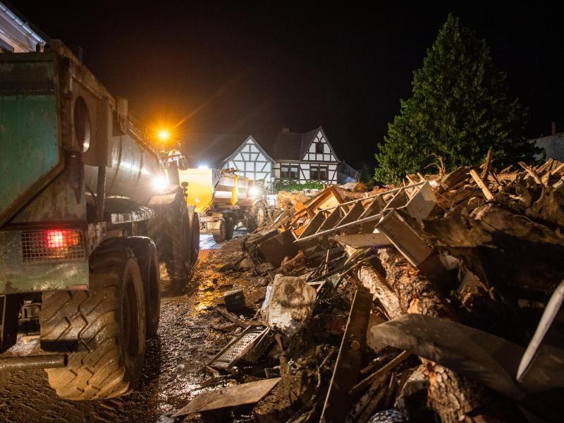 Trümmerteile häufen sich und die Zahl der Todesopfer steigt immer weiter. Foto: Lino Mirgeler/dpa