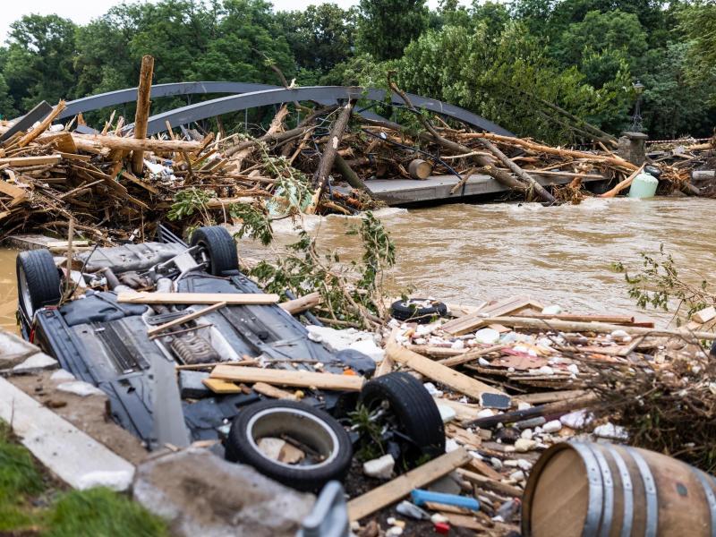 Bilder der Zerstörung: Die Wassermassen haben im Großraum Ahrweiler in Rheinland-Pfalz nicht nur Autos erfasst. Foto: Philipp von Ditfurth/dpa