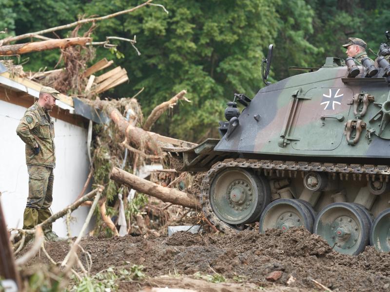 Hilfe mit schwerem Gerät: Die Bundeswehr unterstützt wie hier im Großraum Ahrweiler in Rheinland-Pfalz die Aufräumarbeiten in den Hochwasser-Gebieten. Foto: Thomas Frey/dpa