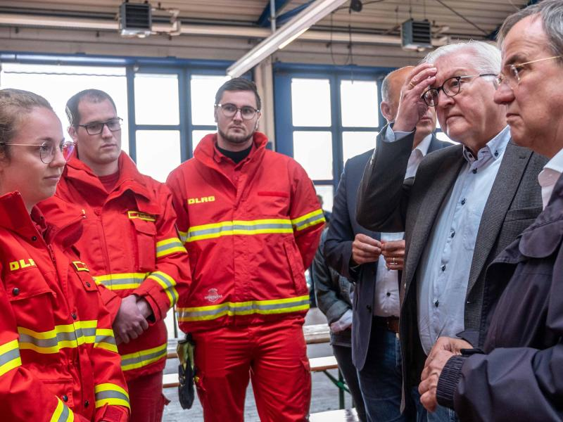 Dank «im Namen aller Deutschen»: Bundespräsident Frank-Walter Steinmeier hat gemeinsam mit NRW-Ministerpräsident Armin Laschet Helfer im Hochwassergebiet in NRW besucht. Foto: Marius Becker/dpa-Pool/dpa
