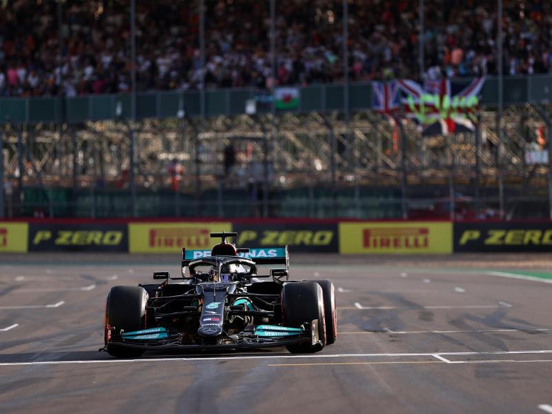 Lewis Hamilton geht bei seinem Heim-Grand-Prix von Platz zwei an den Start. Foto: Lars Baron/Pool Getty/dpa