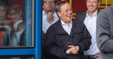 Armin Laschet (CDU), Ministerpräsident von Nordrhein-Westfalen, lacht während Bundespräsident Steinmeier (nicht im Bild) ein Pressestatement gibt. Foto: Marius Becker/dpa