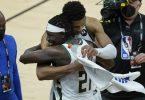 Giannis Antetokounmpo von den Milwaukee Bucks umarmt Teamkollege Jrue Holiday (v). Foto: Ross D. Franklin/AP/dpa