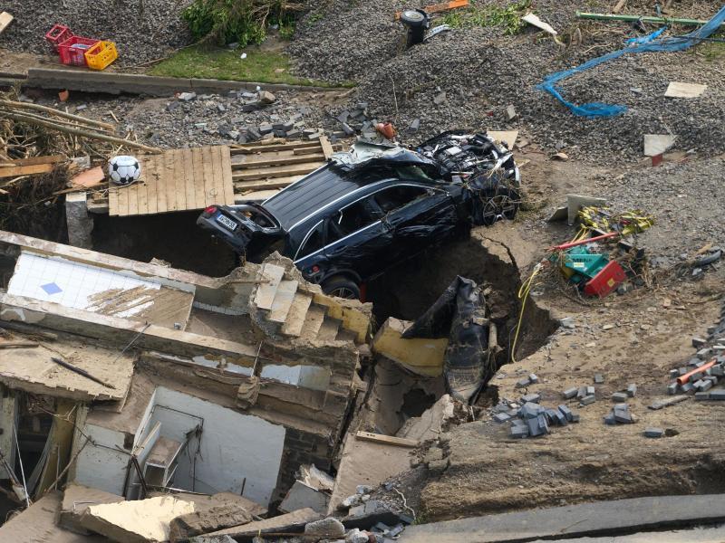 Autos, Gebäudetrümmer, Möbel: Im Ahrtal in Rheiland-Pfalz werden die Aufräumarbeiten wohl Wochen, wenn nicht gar Monate dauern. Foto: Thomas Frey/dpa