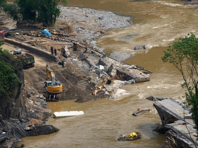 Unpassierbar: Brücken, Straßen, Gleisen - in den Katastrophenregionen wurde vielerorts auch die Infrastruktur schwer beschädigt. Foto: Thomas Frey/dpa