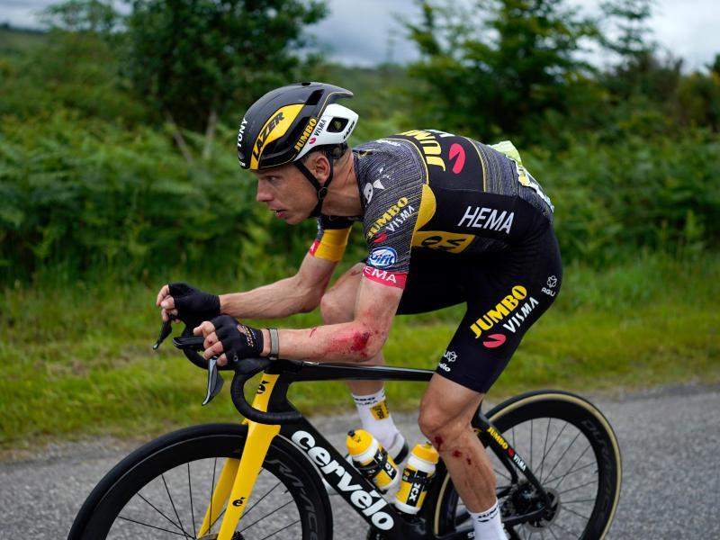 Martin fährt nach einem Sturz auf der ersten Etappe mit Verletzungen am Arm und am Bein - nach der elften Etappe ging es nicht weiter. Foto: Daniel Cole/AP/dpa