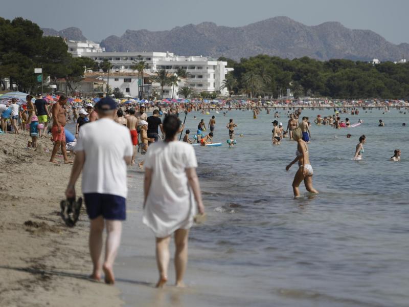 Der Strand Playa de Muro im Norden von Mallorca ist gut besucht. Foto: Clara Margais/dpa