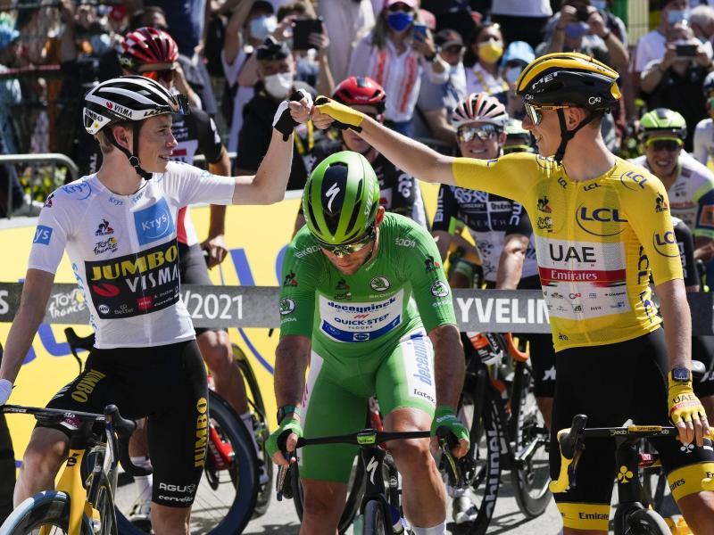 Gut gemacht: Jonas Vingegaard (l) gratuliertTadej Pogacar (r) zum zweiten Tour-Sieg. Foto: Daniel Cole/AP/dpa