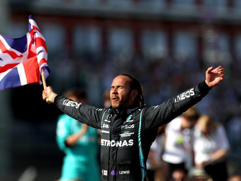 Heimsieg: Lewis Hamilton feiert seinen Sieg in Silverstone. Foto: Bradley Collyer/PA Wire/dpa