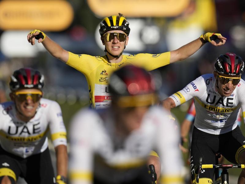 Geschafft: Tadej Pogacar feiert im Gelben Trikot nach der Zieleinfahrt in Paris seinen zweiten Gesamtsieg bei der Tour de France. Foto: Christophe Ena/AP/dpa