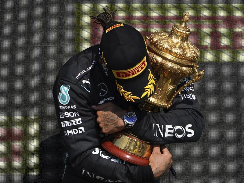 Heimsieg mit Kritik: Lewis Hamilton feiert seinen Sieg in Silverstone. Foto: Jon Super/AP/dpa