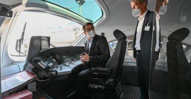 Bundesverkehrsminister Andreas Scheuer (l) und Tobias Fischer, Leiter Technik Fahrzeuge der Deutschen Bahn AG, in einem dieselbetriebenen ICE-Testzug. Foto: Patrick Pleul/dpa-Zentralbild/dpa