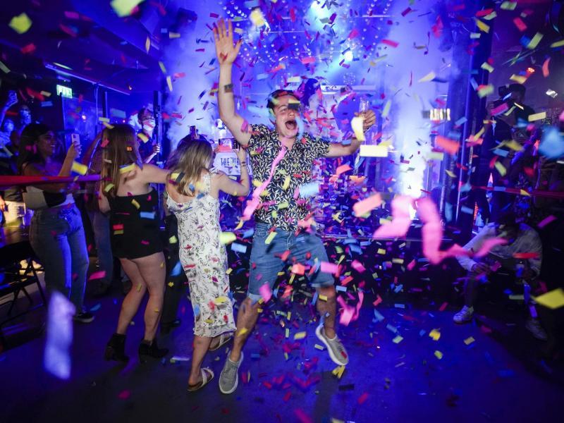 Ein Partygänger springt in einem Londoner Nachtclub kurz nach dessen Wiedereröffnung auf die Tanzfläche. Foto: Alberto Pezzali/AP/dpa