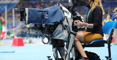 Eine Kamerafrau des Olympic Broadcasting Services (OBS). Foto: Michael Kappeler/dpa