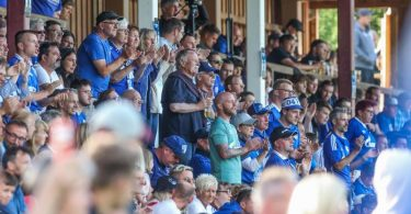 Fans des FC Schalke beim Testspiel gegen Schachtjor Donezk in Österreich. Foto: Tim Rehbein/dpa