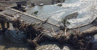 Völlig zerstörte Brücke über die Ahr in Ahrweiler nach der Flutkatastrophe. Foto: Boris Roessler/dpa