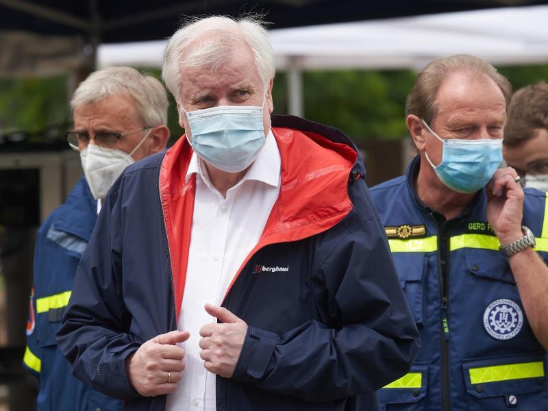 Bundesinnenminister Horst Seehofer (CSU) besucht Helfer des Technischen Hilfswerks in Bad Neuenahr, die dort nach dem Hochwasser eine Trinkwasseraufbereitungsanlage betreiben. Foto: Thomas Frey/dpa