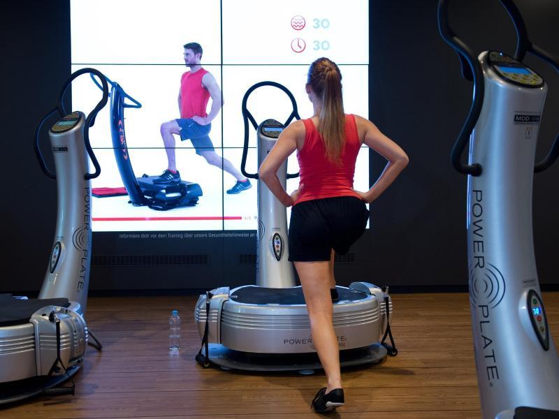 Das Training mit einer Vibrationsplatte lässt sich im Fitnessstudio ausprobieren. Wenn man einige Übungen korrekt erlernt hat, lohnt sich auch die Investition daheim. Foto: Franziska Gabbert/dpa-tmn