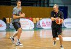 Vorbereitung auf Tokio: Johannes Voigtmann (l) und Basketball-Bundestrainer Henrik Rödl. Foto: Harald Tittel/dpa